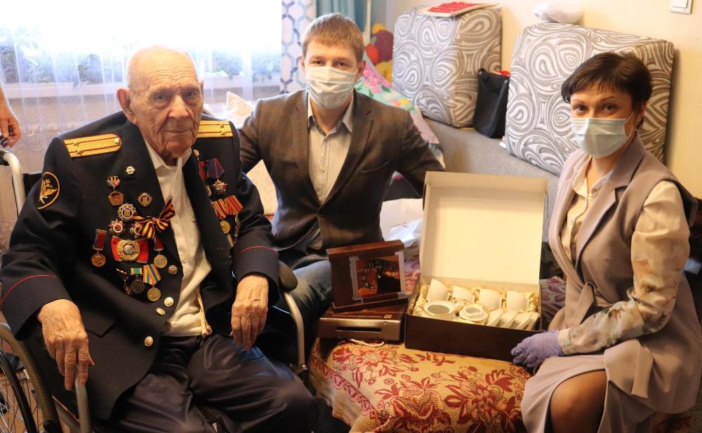 Участники Великой Отечественной войны принимают поздравления и подарки ко Дню Победы