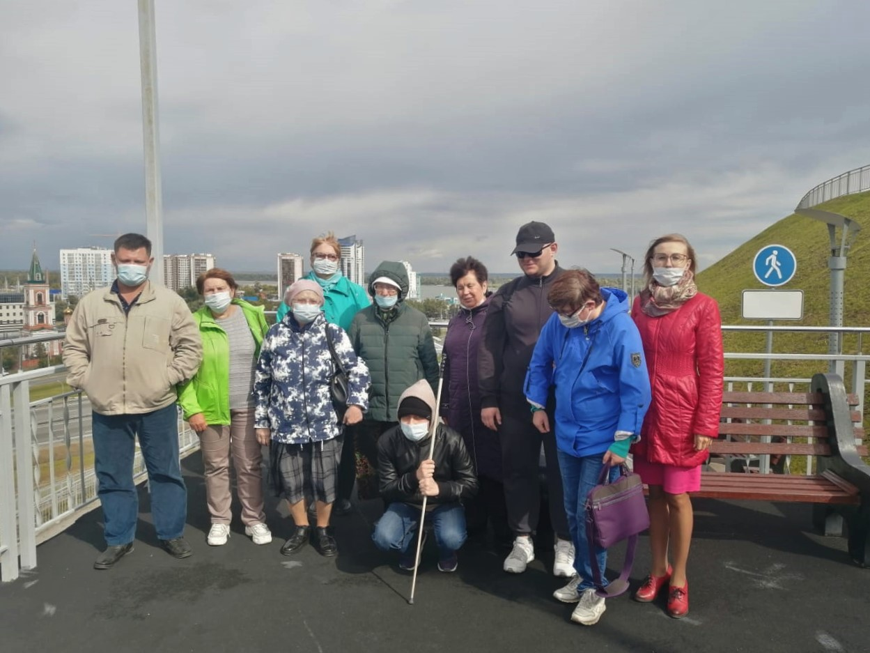 Экскурсию о Барнауле провели для представителей общества слепых в Нагорном парке